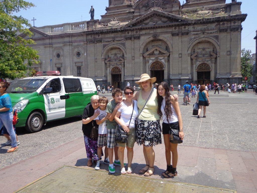 In Santiago de Chile mit meiner Austauschschülerin Francisca (rechts), ihrer Tante, ihren Cousins und ihrer Oma