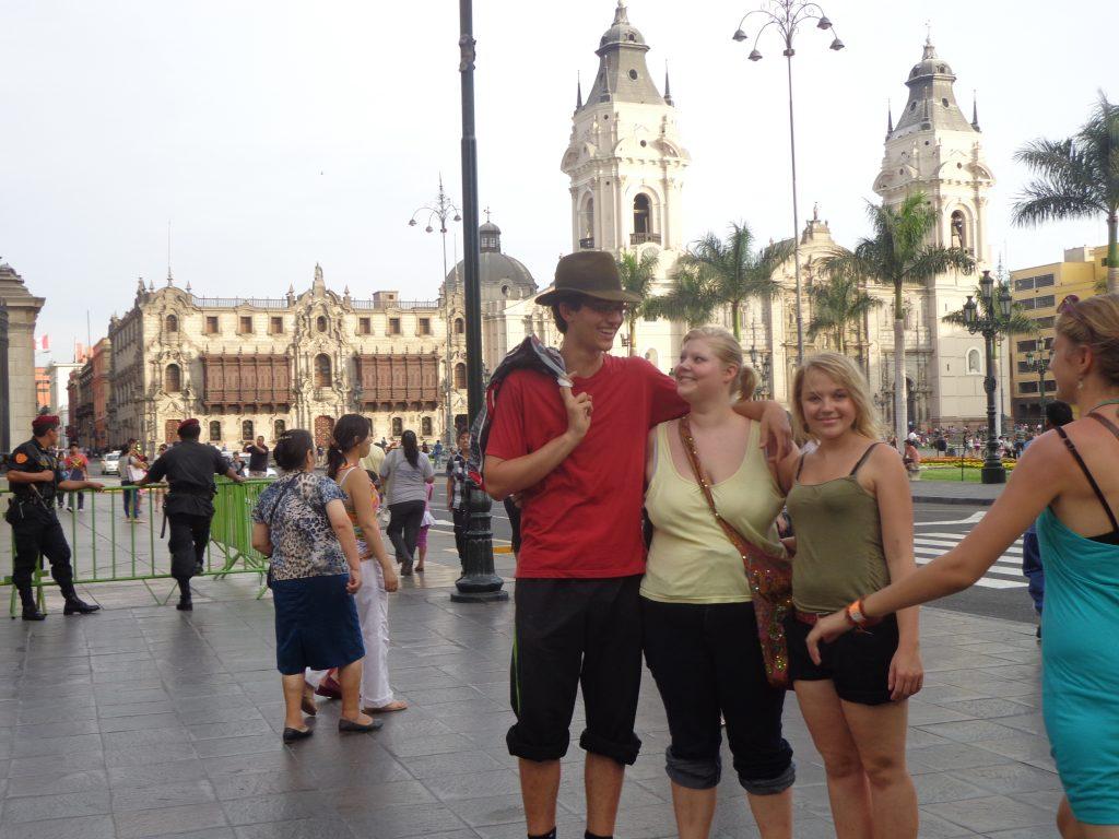 Mit anderen Freiwilligen in Lima: Philipp, Sarina (rechts) und ich