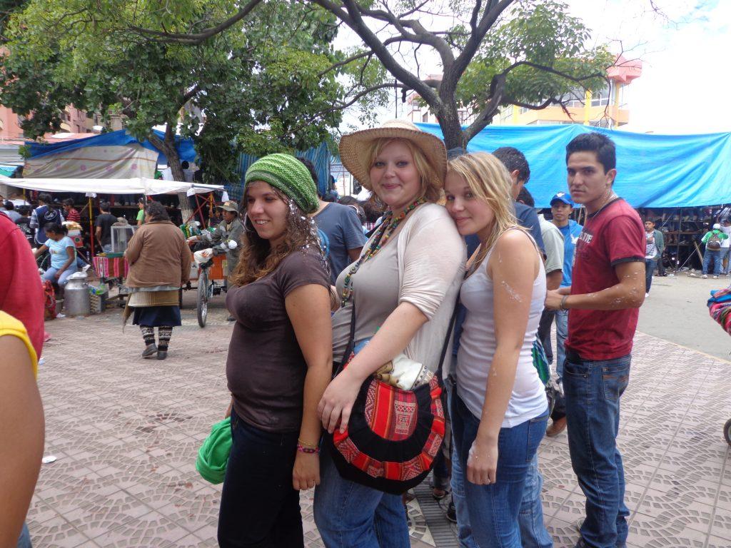 Karneval in Cochabamba mit Sabrina (links) und Sarina (rechts)