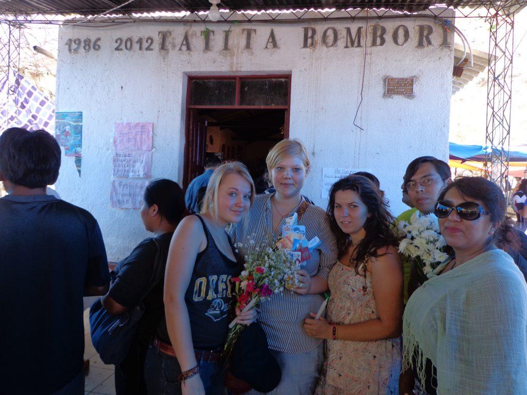 Kurz vor der Zeremonie mit frisch gekauften Glücksbringern