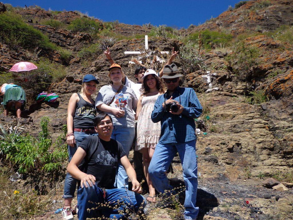 Wir besteigen den Hügel, der in der andinen Kultur für Wohlstand und Reichtum steht.