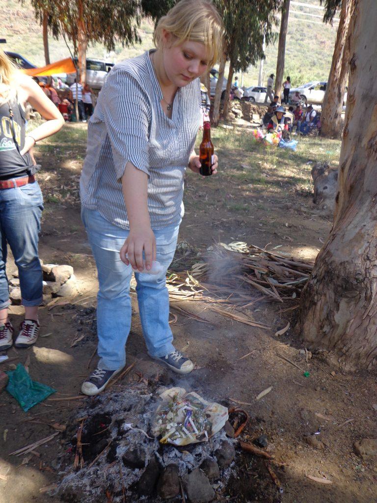 Ich ch´alle ... :) Mit Alkohol wird der Pachamama, der Mutter Erde, gedankt, für das, was war und für eine gute Zukunft gebeten.