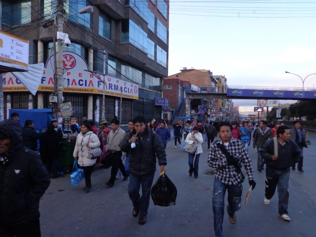 Durch die Blockaden waren viele Menschen zu Fuß unterwegs.