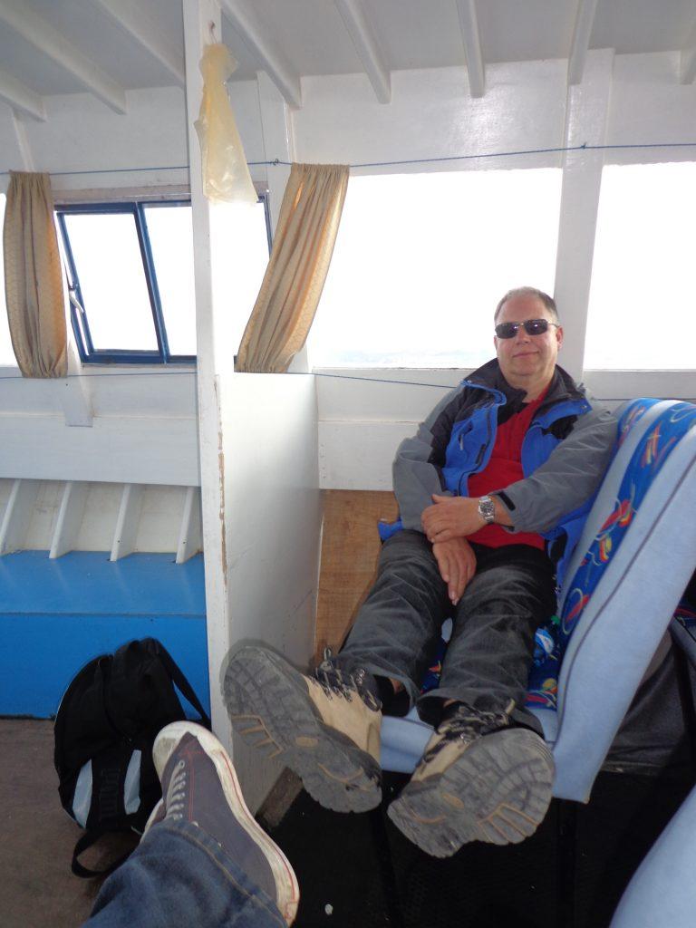 Nach der anstrengenden Wanderung auf der Sonneninsel ruhen wir uns im Boot aus.