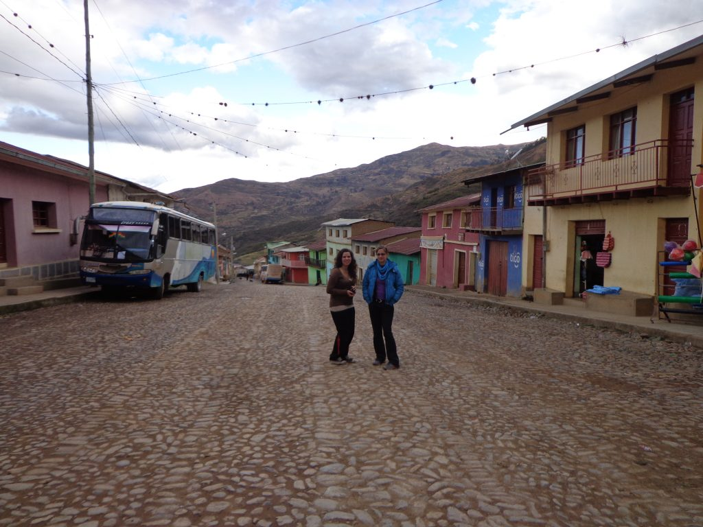 Martine und Sabrina in der Hauptstraße.