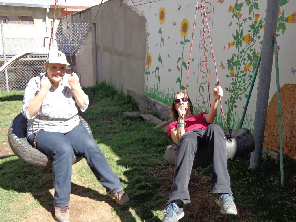 Auf dem Spielplatz des Kindergartens, in dem Sarina und Sabrina arbeiten.