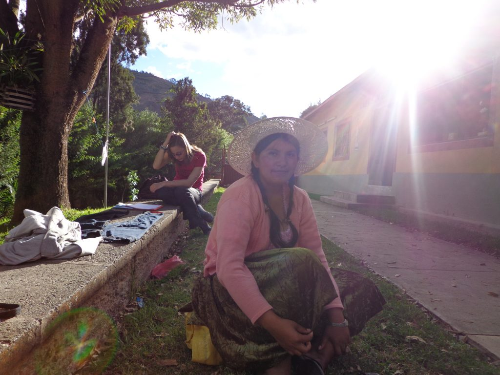 """Matine brütet aus, wie sie ihr Projekt """"Trabajo Digno - Würdige Arbeit"""" auf einen Seite bringt, um Schwester Verena anzubieten, in Independencia Workshops zu geben."""