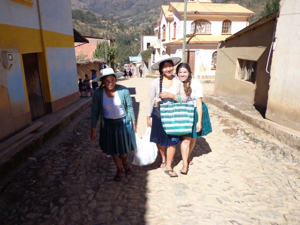 Sabrina mit zwei Mitarbeiterinnen des Centro Socials.