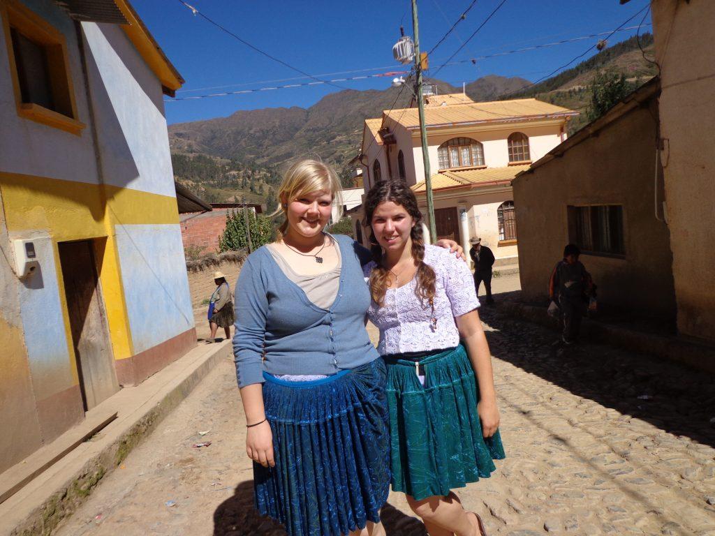 Zwei Cholitas gringuitas im Dorf - Ich frage mich, wer dabei mehr gelacht ht... Die Dorfbewohner oder ich? Natürlich haben wir dabei immer schön auf Quechua gegrüßt... :)