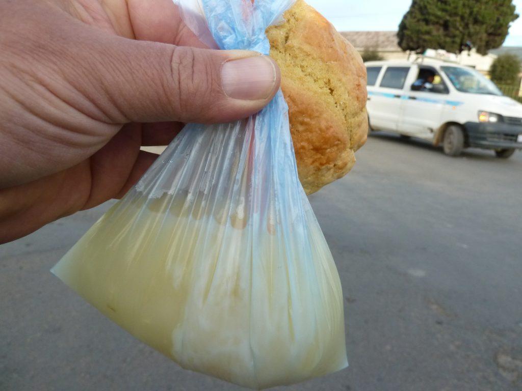 Bolivianisches Frühstück - Apfelsaft mit Quinua und ein Gebäck.