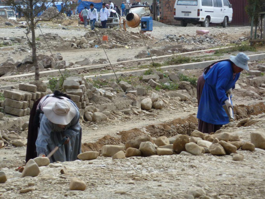 In Bolivien leisten auch Frauen schwere körperliche Arbeit.