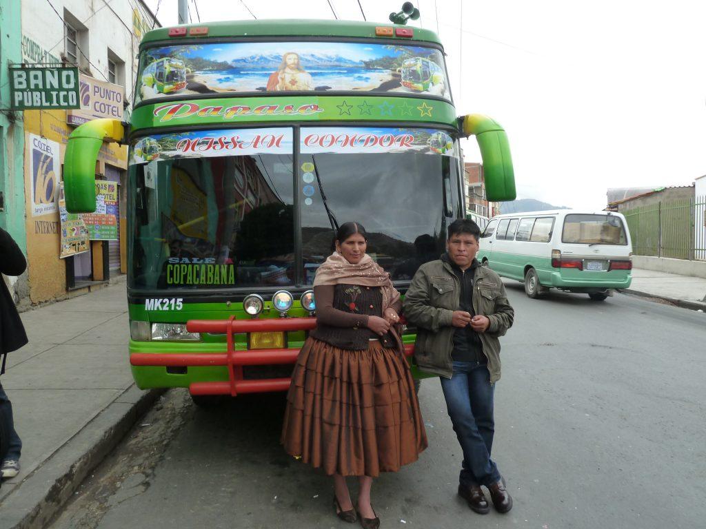 Dieser Herr hat uns nach Copacaba gefahren. Seine Frau trägt die Cholita-Tracht.