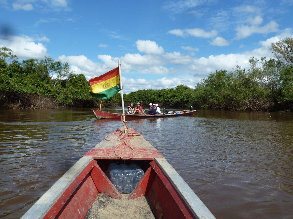 Die bolivianische Flagge ist gehisst.