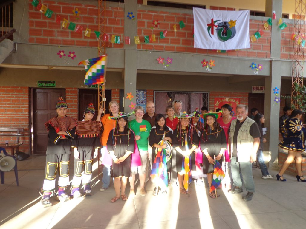 Die Mitglieder der Jugendgruppe Mink´as bereiteten einen bolivianischen Tanz vor.