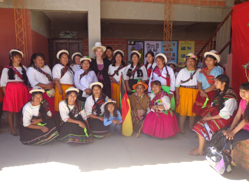 Die Stickfrauen tanzten am Sonntag nach der Messe Pastorcitos.
