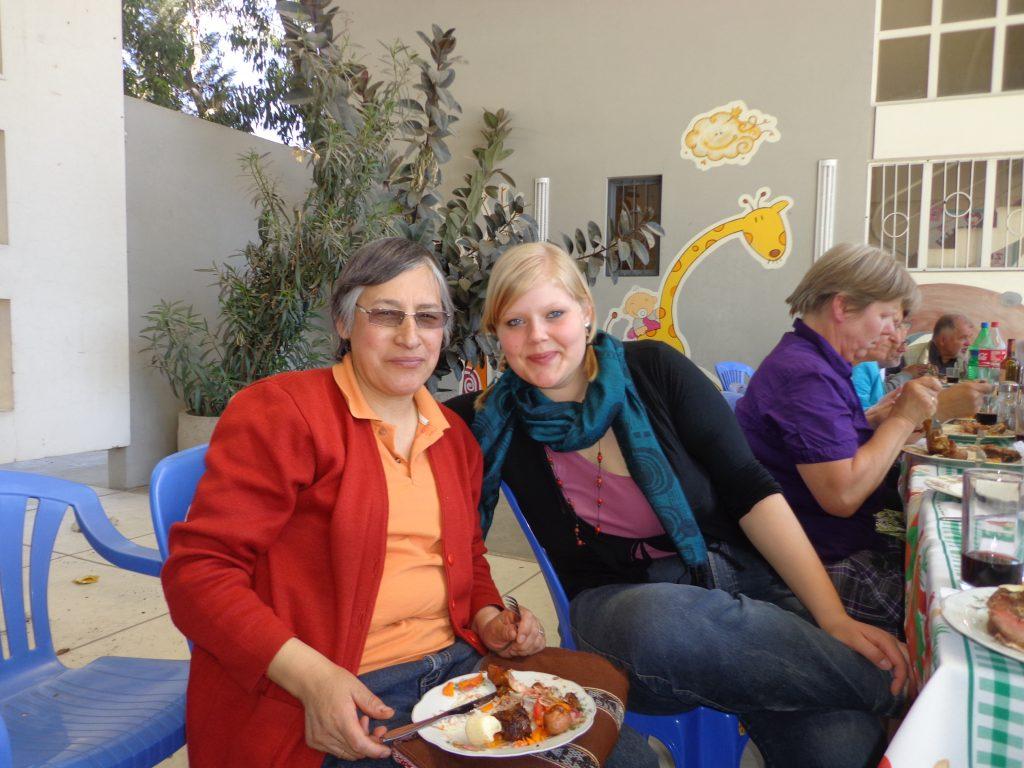 Mit Schwester Maria Luisa, die das Stickprojekt der Gemeinde leitet.