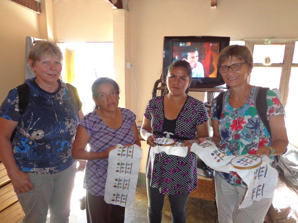 Marianne und Mama bewundern die Arbeiten der Stickfrauen.