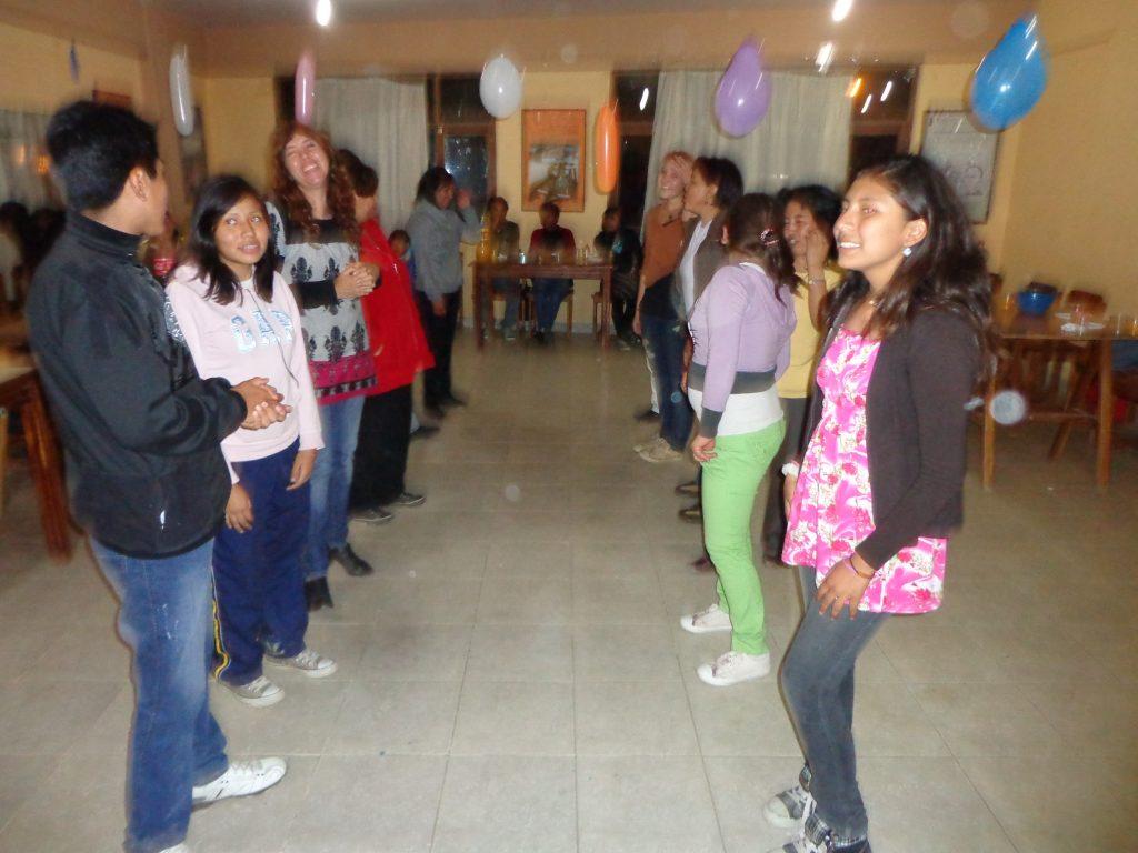 Typisch bolivianisch - man tanzt in zwei Reihen mit einem Abstand von ca. 1 Meter.