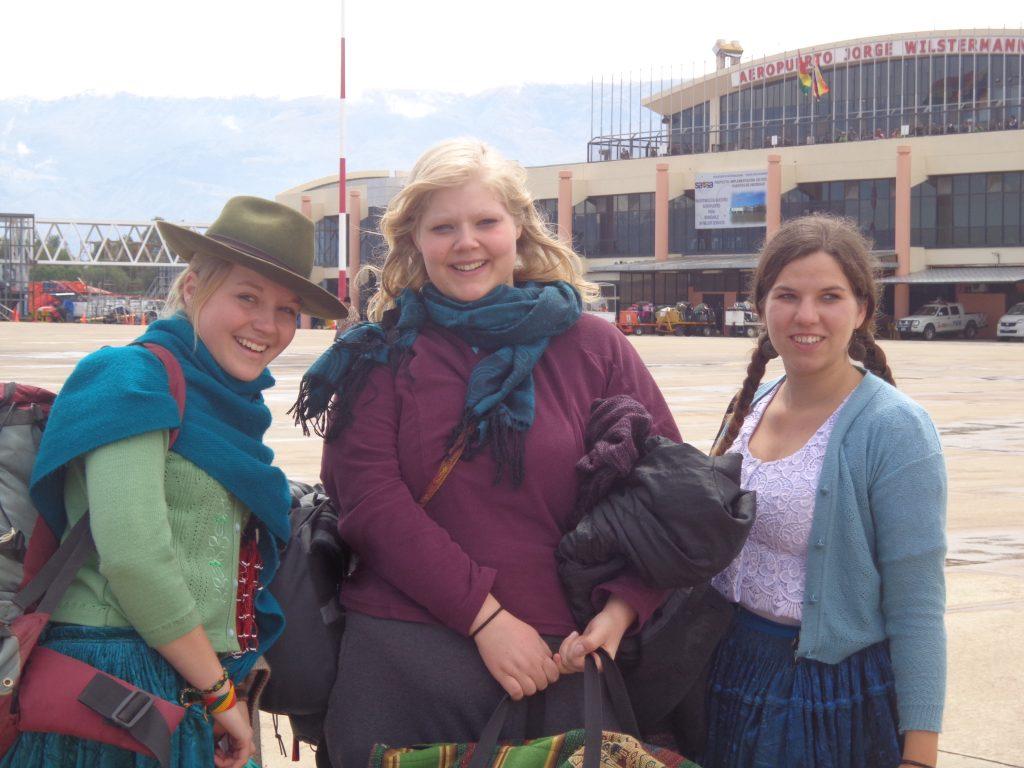 Sabrina und Sarina flogen als Cholitas zurück.